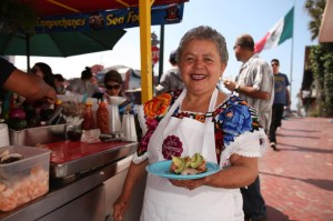 Doña Sabina Banderas llegó a Ensenada hace 36 años de luna de miel... y nunca se fue. // Foto: La Guerrerense vía Facebook.