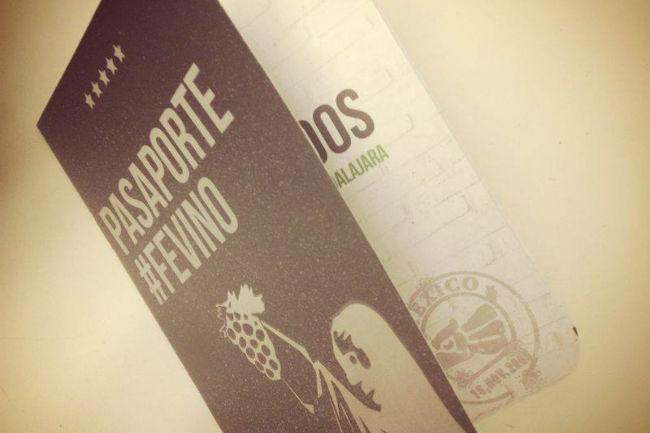Para recordar cada una de las etiquetas, y hacer anotaciones de cata, se repartió el pasaporte #FEVINO. // Foto: Especial.