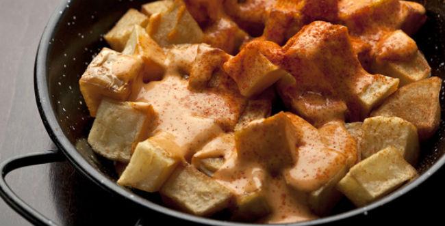 De aperitivo la sugerencia son las patatas bravas. // Foto: Especial.