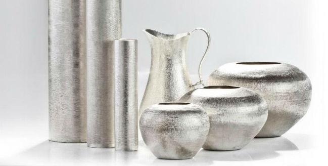 También trabajan jarrones y jaarras de agua hechas con plata. // Foto: Especial