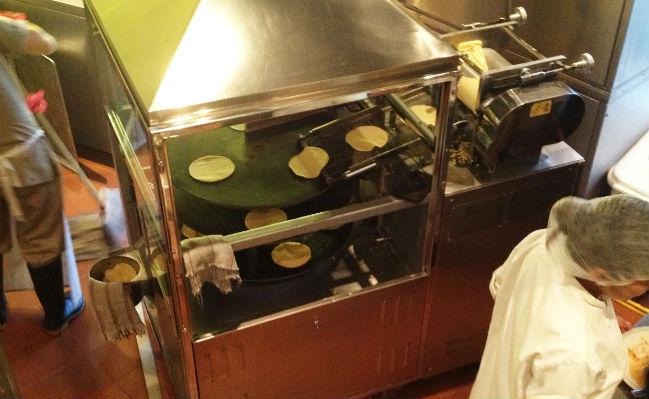 El maíz es nixtamalizado y luego hecho tortillas en el lugar. // Foto: Especial.