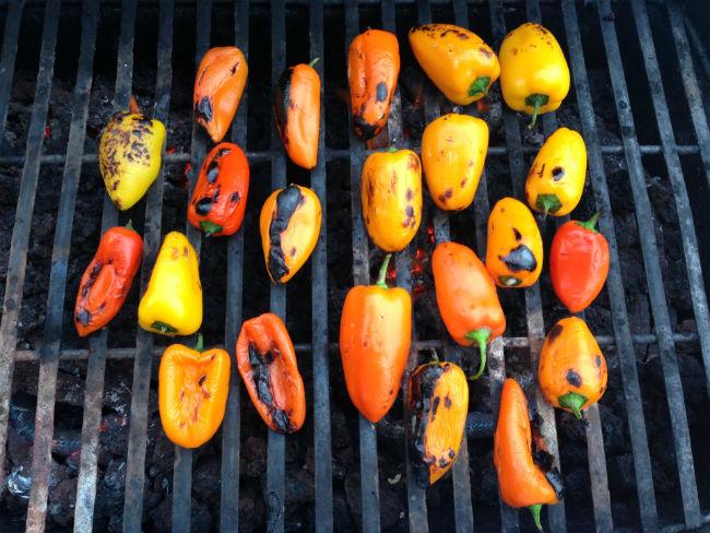 Dejen que los pimientos adquieran el sabor ahumado del carbón.