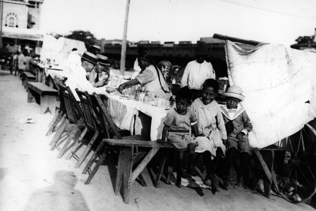 """Puesto de """"chili con carne"""" en San Antonio durante los años 20. // Foto: http://sthc.wittemuseum.org/"""