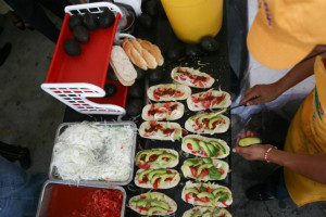 Aguacate, jitomate, chipotle y cebolla para darle el toque ensaladoso a la torta. // Foto: Cuartoscuro.