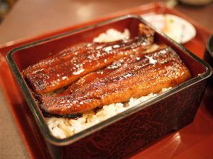 El unagi jûbako se sirve en una caja o plato hondo laqueado y es la forma más elegante de servir la anguila. // Foto: Especial.