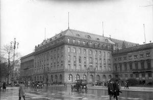 Bundesarchiv_Bild_102-13848F_Berlin_Hotel_Adlon.jpg