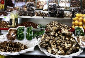 También en los mercados puedes encontrar una gran variedad de hongos de temporada. // Foto: Deni Álvarez (@deniletus)