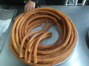 Los churros suelen hacerse en largas tiras que toman forma circular por las cazuelas donde se fríen. // Foto: Animal Gourmet.