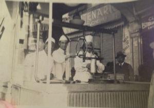 Francisco, el fundador, en cuando El Moro era sólo un carrito en el Zócalo en 1933. // Foto: Cortesía.
