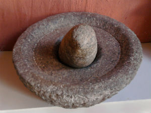 El rolu, de India, está hecho del mismo material que el molcajete. // Foto: Especial.
