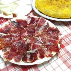 El jamon se dejaba madurar hasta 24 meses para concentrar el sabor almendrado. // Foto: Especial.