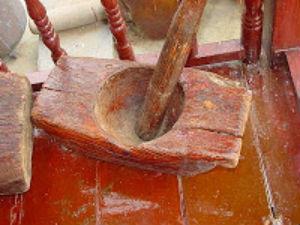Para moler los granos en Indonesia se usa el lesung, hecho de madera y con lasgos palos. // Foto: Especial.
