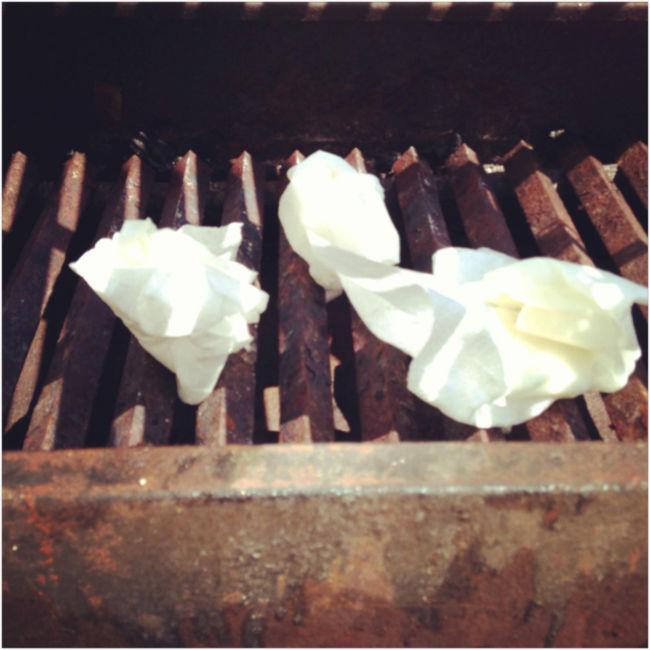 Primero consigue servilletas o trozos de papel. // Foto: Hernán Ramos