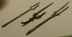 Tenedores de bronce que datan del siglo VIII o IX hallados en Irán. // Foto: Especial.