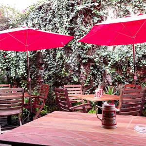 El lugar cuenta con una terraza para pasar un rato agradable y disfrutar una cerveza fría. // Foto: Cortesía.