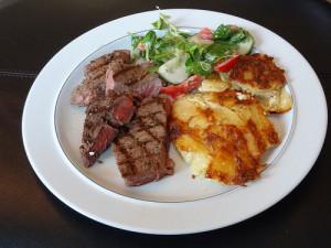 La dauphinois es ideal para acompañar un buen filete. // Foto: Especial.