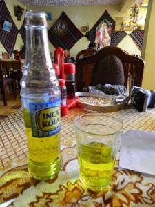 En ninguna mesa peruana puede faltar la Inca-Kola, el refresco más vendido en el país. // Foto: Mónica Ocampo.