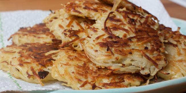 Los latkes, de papa o de manzana, son unos de los alimentos tradicionales en Janucá. // Foto: Especial.