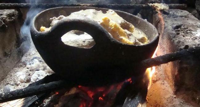 """El """"machucado"""" se prepara en una olla de barro con una sola asa que debe ponerse al fuego vivo. // Foto: Carmen"""