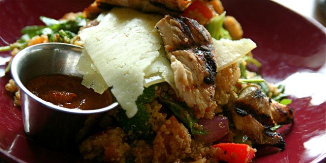 La quinoa se puede preparar de mil formas y acompañar carnes o, incluso, sustituirlas. // Foto: Especial.