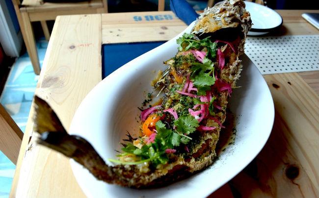 Mojarra frita con yuca, salsa de habanero y limon, uno de los platillos estrella hecho con productos de pescadores locales. // Foto: Cortesía.
