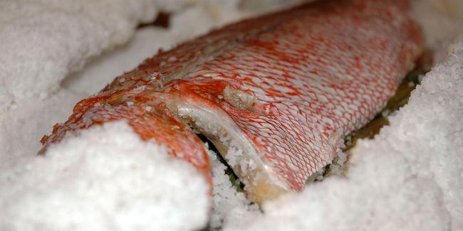 Cualquier pescado puede ser cocinado en sal pero recuerda: debe estar limpio y bien cubierto de sal. // Foto: Especial.