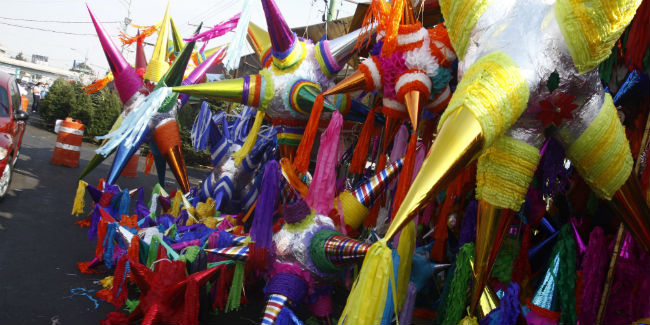 Tradicionalmente las piñatas representan los pecados capitales, pero su origen es debatible. // Foto: Cuartoscuro.