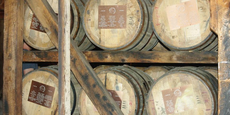 Por ley, el whiskey debe añejarse en barricas durante dos años, aunque la tradición marca cuatro años. // Foto: Especial.
