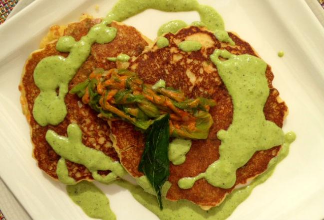 No dejes de probar los hot cakes con flor de calabaza y salsa de poblano. // Foto: Animal Gourmet.