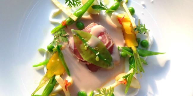 Te recomendamos la ensalada rusa de brotes de la huerta y atún con infusión de mayonesa y verduras baby. Foto: Animal Gourmet