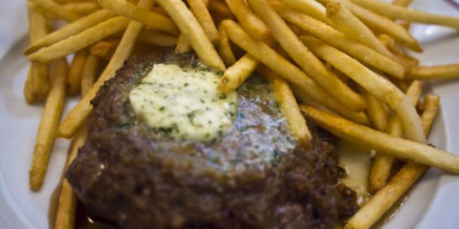 El 'steak frites' compite con las hambuguesas, un pariente con pan y otros adornos. // Foto: Animal Gourmet.