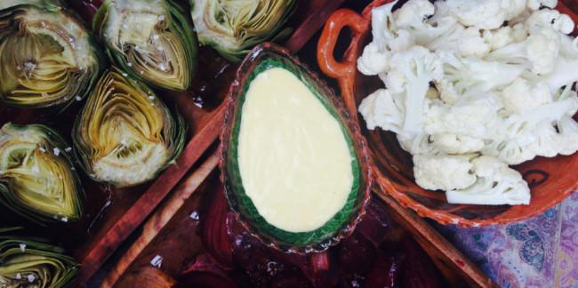 Acompaña las verduras asadas con aioli hecho en casa al centro. // Foto: Animal Gourmet.
