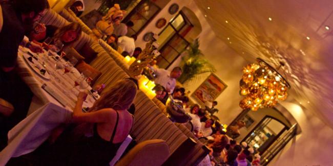 Organice cenas simultáneas en los mejores lugares de la sede y con los mejores chefs. // Foto: Cortesía Casa Dragones.