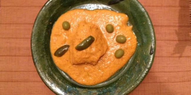 Para dejar el estofado al punto se le agregan las aceitunas y los chiles en vinagre. // Foto: Carmen Castillo Cisneros.