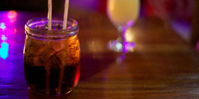 Si quieres variar la presentación de los tragos, prueba a servirlos en frascos grandes o tarros. // Foto: Especial.
