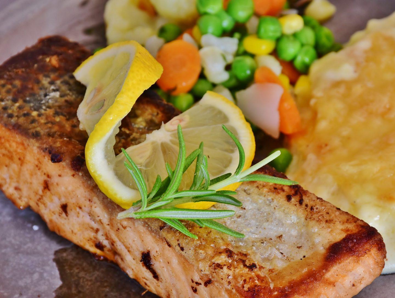 salmón empapelado con limón amarillo