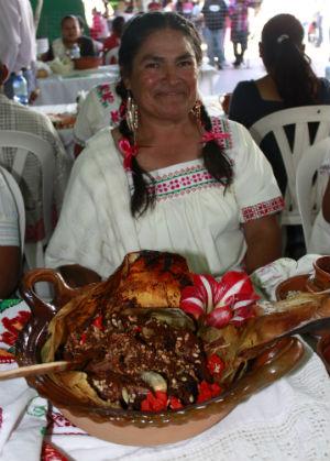 Alicia Achúz y su pollo de rancho relleno de escamoles en salsa de chicharras. // Foto: Deni Álvarez.
