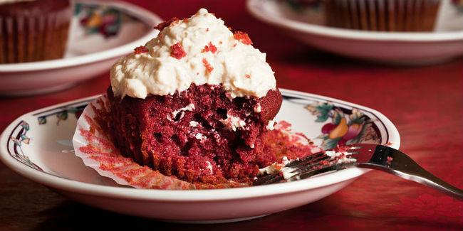 ¿Cómo logran el color rojo intenso de este pastelillo? Con concentrado de betabel. // Foto: Especial.
