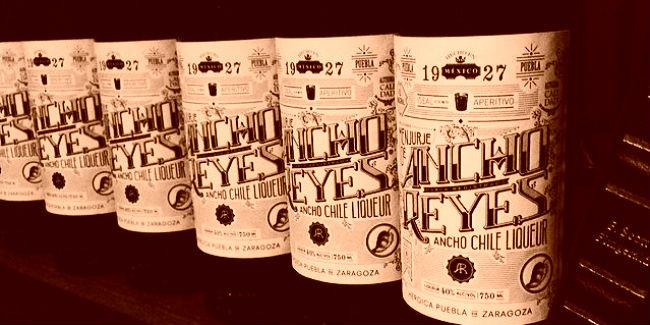 Ancho Reyes es de origen poblano y se elabora con los mejores chiles anchos de San Martín Texmelucan. // Foto: Ancho Reyes (Facebook).