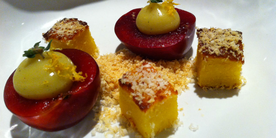 Ciruelas con crema de vainilla y limón acompañadas pastel de elote. El sabor de la condescendencia. // Foto: Animal Gourmet.