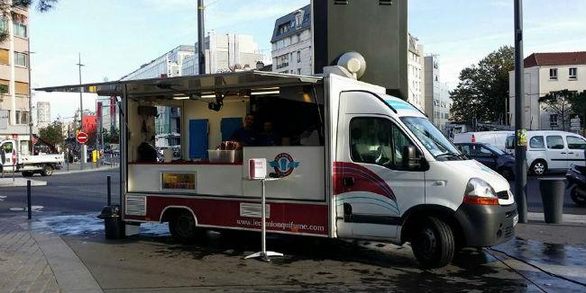 'Le camion qui fume' se puede considerar el primero de una invasión de food trucks en París. // Foto: Le camion qui fume (Facebook).