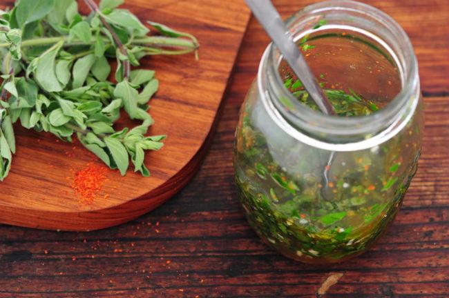 Aunque las recetas sean tantas como familiar argentinas, el chimichurri no puede faltar en cualquier buen asado. // Foto: jules:stonesoup (Flickr)