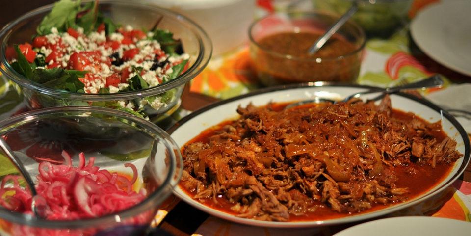 La pasta de achiote es la responsable del encendido color rojo de la cochinita pibil. // Foto: Especial.