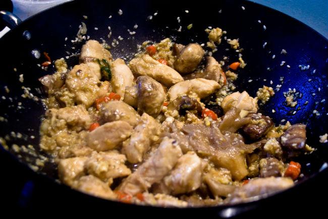 Al cocinar en wok, los ingredientes conservan sus texturas y nutrientes, por lo que es más sano. // Foto: Especial.