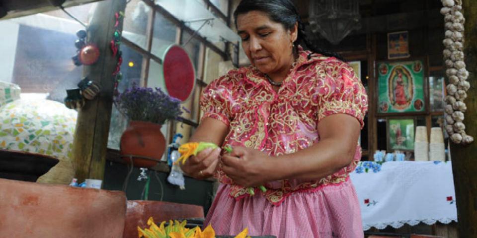 Benedicta aprendió a cocinar con su abuela y ahora ella transmite sus conocimientos a sus nietas con orgullo. // Foto: Especial.