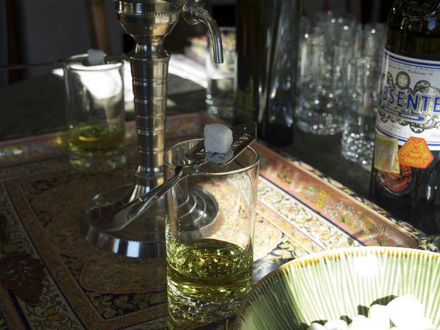 beber absenta era considerado un ritual y tenía un momento dedicado para realizarse a diario: «la hora verde». // Foto: Michael Korcuska (Creative Commons).