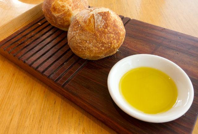 El aceite de oliva es uno de los grandes ingredientes de la cocina mediterránea y es conocido por su alto contenido de grasas saludables. // Foto: Creative Commons.