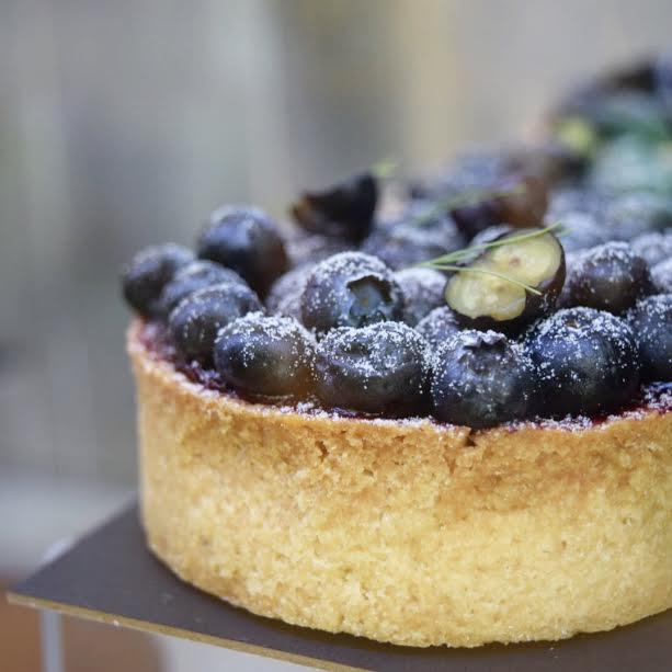 Tartaleta de sablé, cremoso de queso y limón, jalea de blueberry y frutos del bosque. // Foto: @Mayra_Zepeda