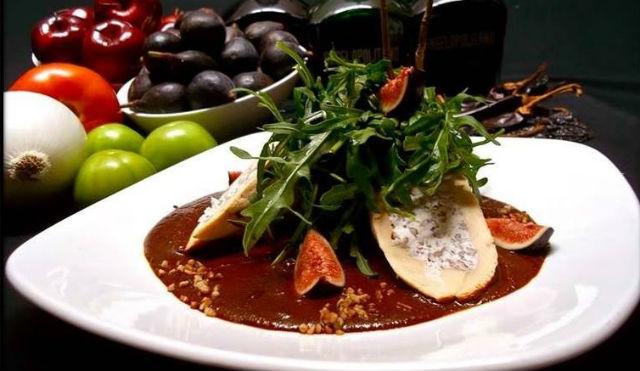 Pechuga de pollo rellena de queso de cabra con mole de higos, sabores poblanos con toques de cocina de autor. // Foto: Angelopolitano (vía Facebook).