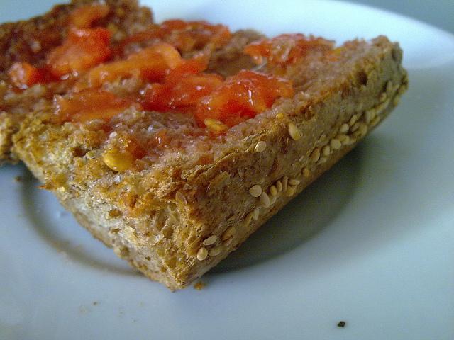 No puede existir pan de tomate sin aceite de olivo. O sí, pero qué cosa sería... // Foto: Lablascovegmenu (Creative Commons).